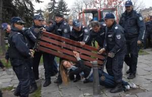 Момичето с пейката
