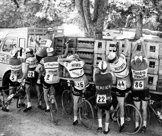 1964 г. - Участници в Тура нападат камион с вино