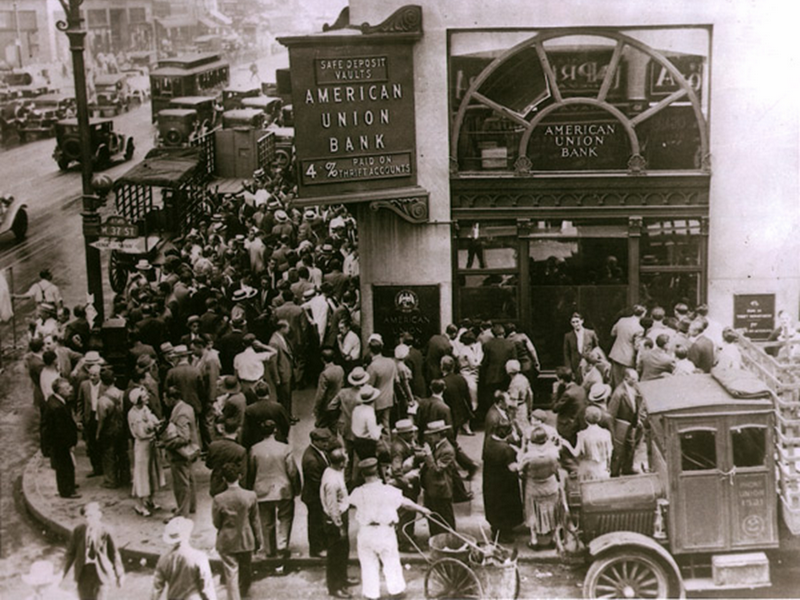 05.08.1931 - опашка от чакащи пред фалирала банка в Ню Йорк по време на Голямата депресия
